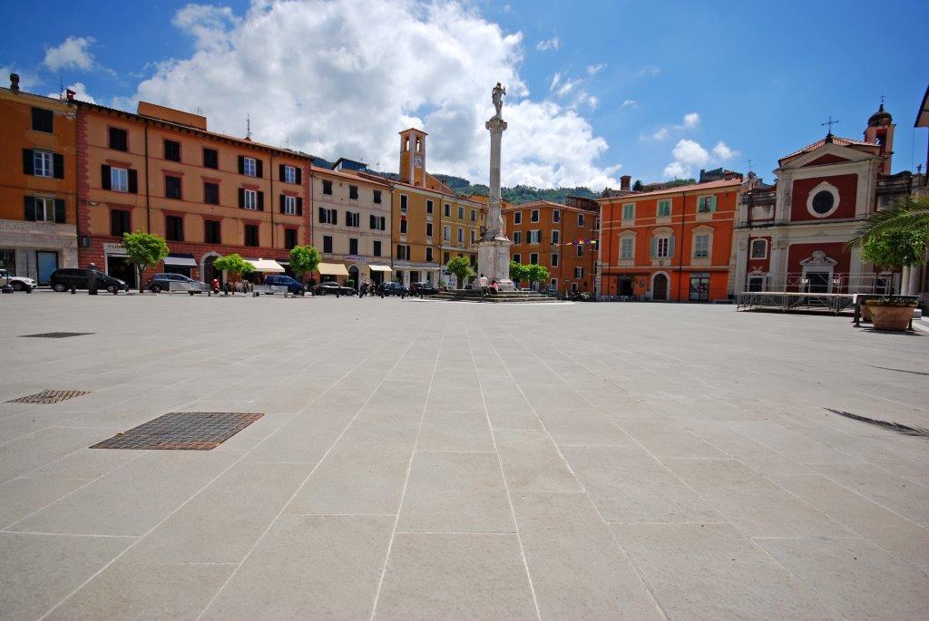 Pietra_serena_lastricato_Fiammato_piazza_mazzini_Massa